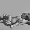 Фото новорожденной девочки на руках