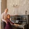 Студийная фотосессия беременная с мужем - фотография у рояля