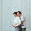 Беременная с мужем в студии - фото на память